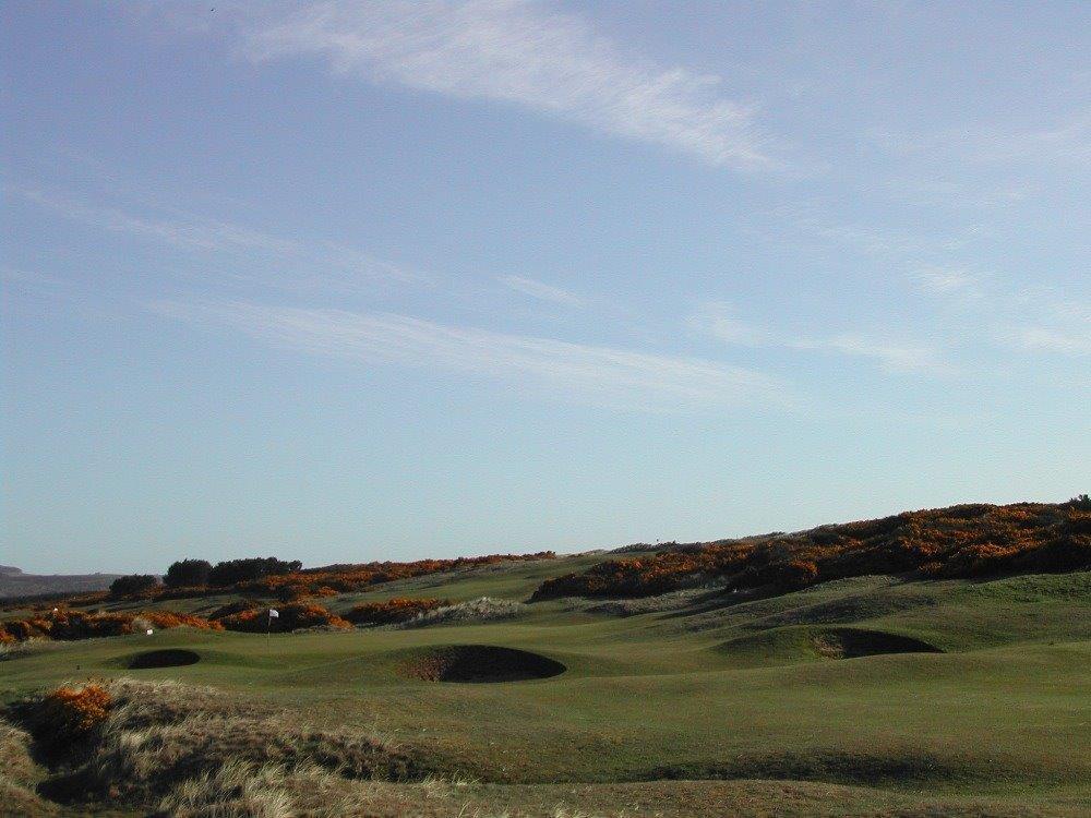 Golfgrün mit Bunker auf dem Montrose Golfkurs in der Nähe von Aberdeen, Schottland