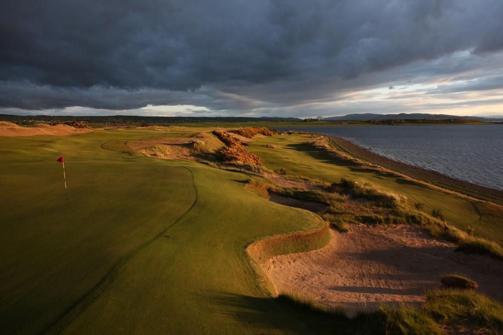 Fairway mit Meeresblick auf dem Castle Stuart Golfkurs in Dornoch, Schottland