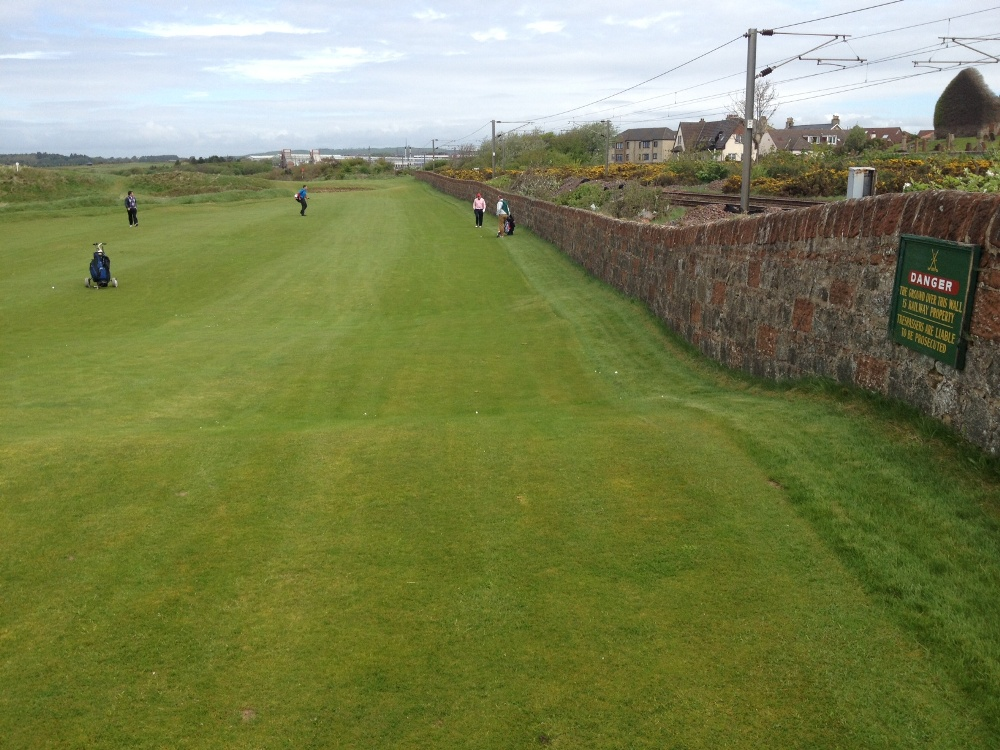 Golfgrünmit Golfspieler auf dem Prestwick Golfkurs im Südwestern Schottland