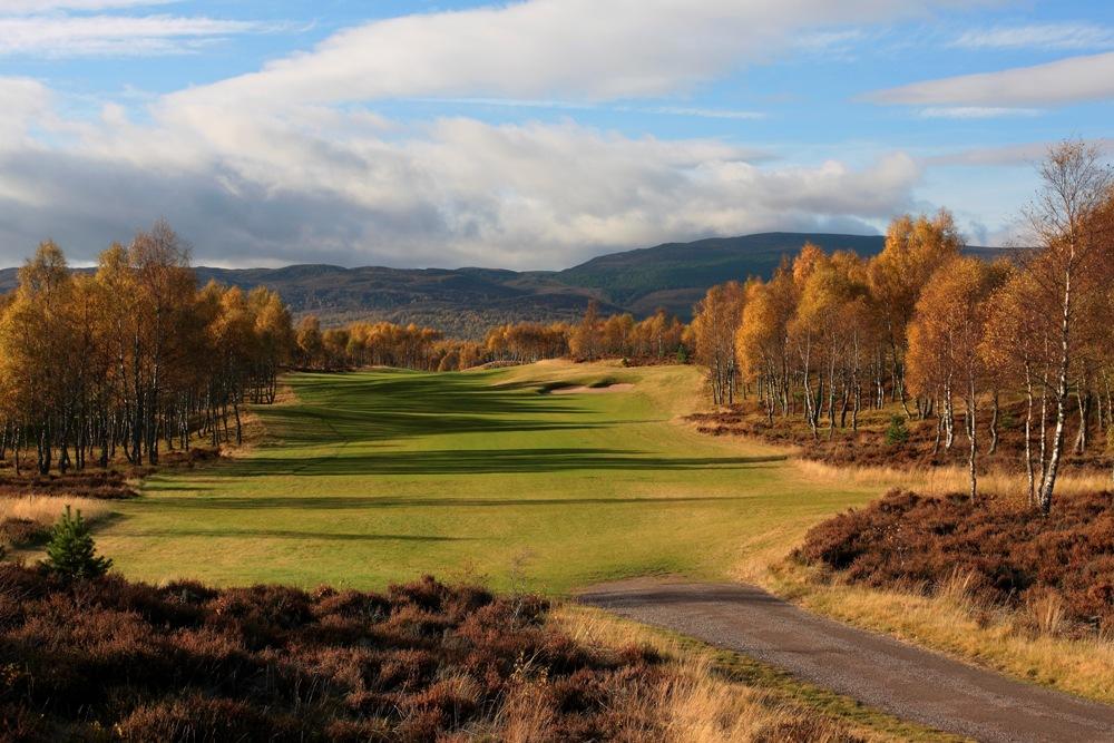 Fairway und Blick auf die Berge auf dem Spey Valley Golfkurs in den Highlands, Schottland