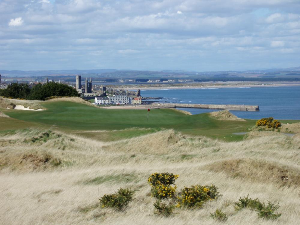 Golfgrün mit Dünen, Blick auf die Stadt und Meeresblick auf dem Castle Course Golfkurs in St.Andrews, Schottland