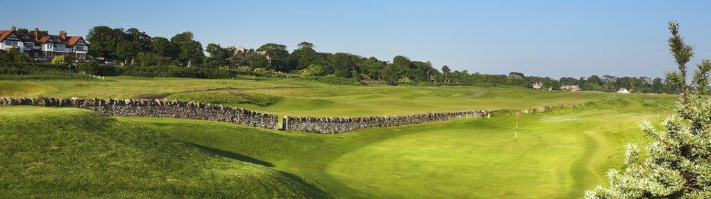 Fairway mit Mauer auf dem North Berwick Golfplatz in der Nähe von Edinburgh, Schottland