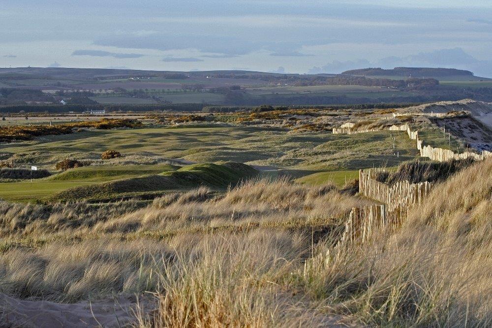 Fairway mit Dünen und Blick auf die Berge auf dem Montrose Golfkurs in der Nähe von Aberdeen, Schottland