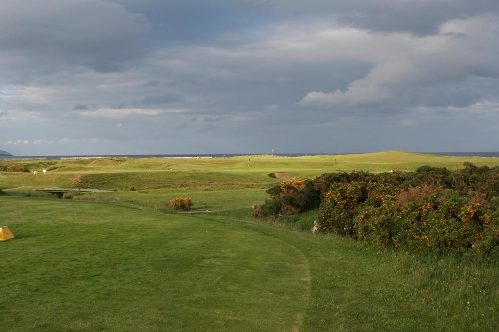 Fairway mit Meeresblick auf dem Brora Golfkurs in den Highlands, Schottland