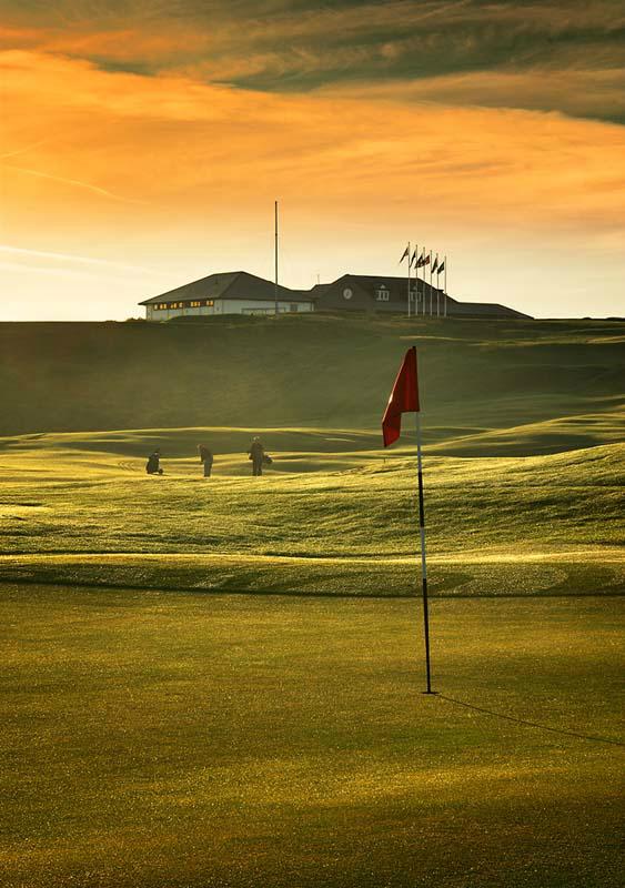 Golfgrün mit Golfspieler und Club Haus auf dem Pitlochry Golfkurs in der Nähe von St.Andrews, Schottland