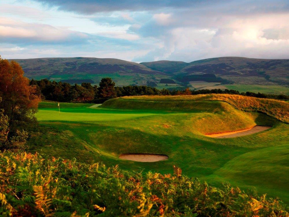 Golfgrün mit Bunker und Bergen auf dem Gleneagles King´s Golfkurs in der Nähe von St.Andrews, Schottland