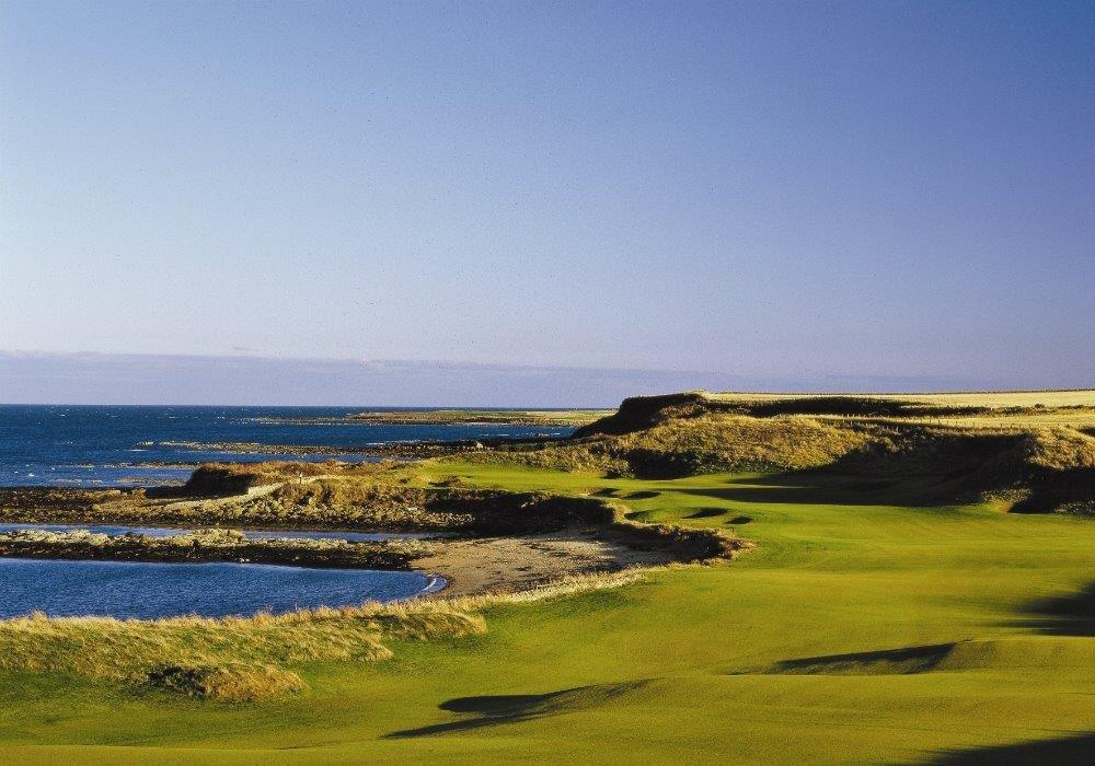 Golfgrün und Meer in der Sonne in Kingsbarns, Schottland