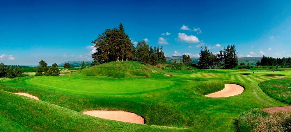 Fairway mit Blick auf die Berge auf dem Gleneagles King´s Golfkurs in der Nähe von St. Andrews, Schottland