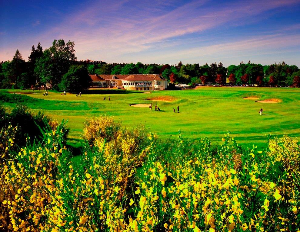 Fairway mit Golfspieler und Club Haus auf dem Gleneagles King´s Golfkurs in der Nähe von St. Andrews, Schottland