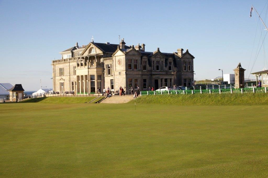 Das Club Haus in der Sonne auf dem Old Course Golfplatz in St Andrews, Schottland