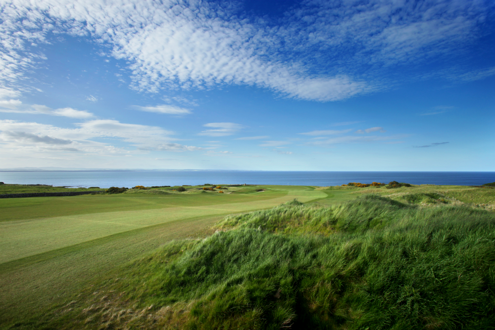 Fairway mit Meeresblick auf dem Torrance Golfkurs, Fairmont in St.Andrews, Schottland