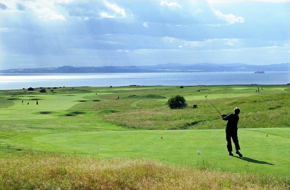 Fairway mit Golfspieler und Meeresblick auf dem Gullane Nr.2 Golfkurs in der Nähe von Edinburgh, Schottland