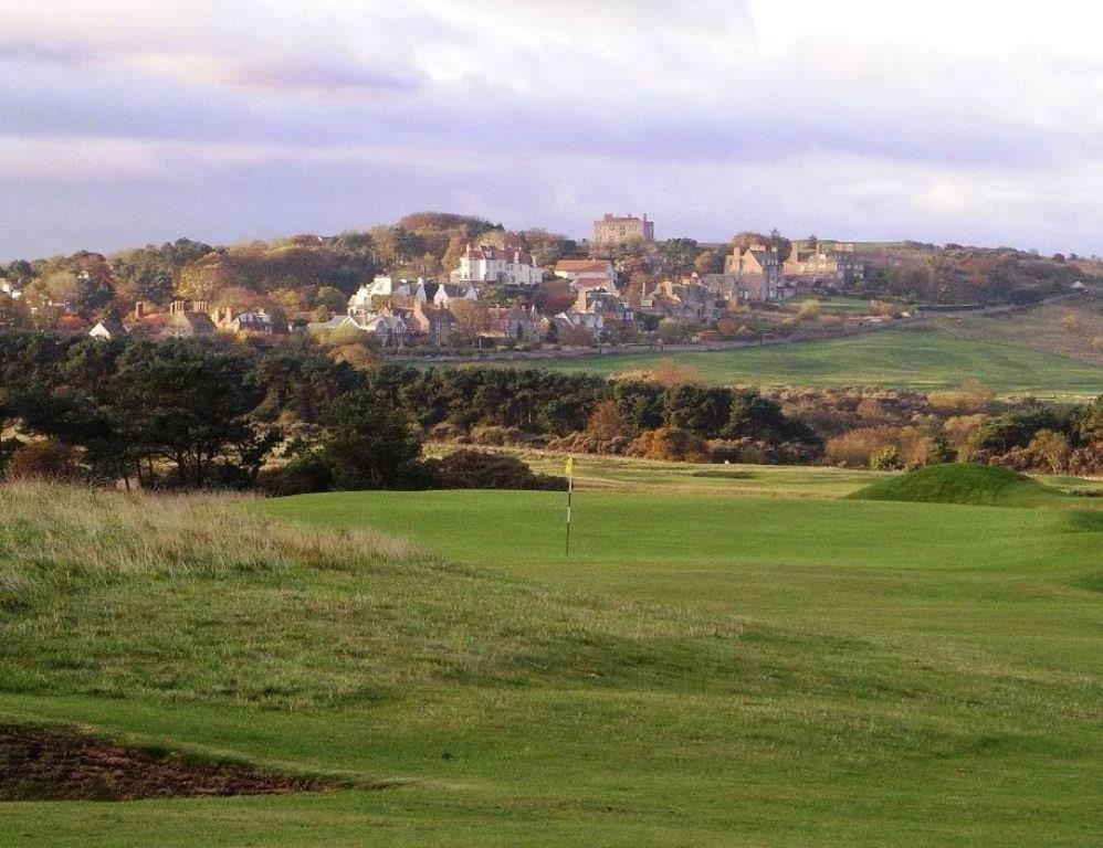 Golfgrün mit Blick auf die Stadt auf dem Muirfield Golfkurs in der Nähe von Edinburgh, Schottland