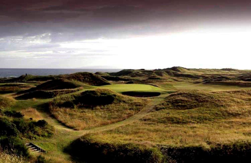 Fairway mit Dünen und Meeresblick auf dem Royal Troon Old Course Golfkurs im Südwestern Schottland