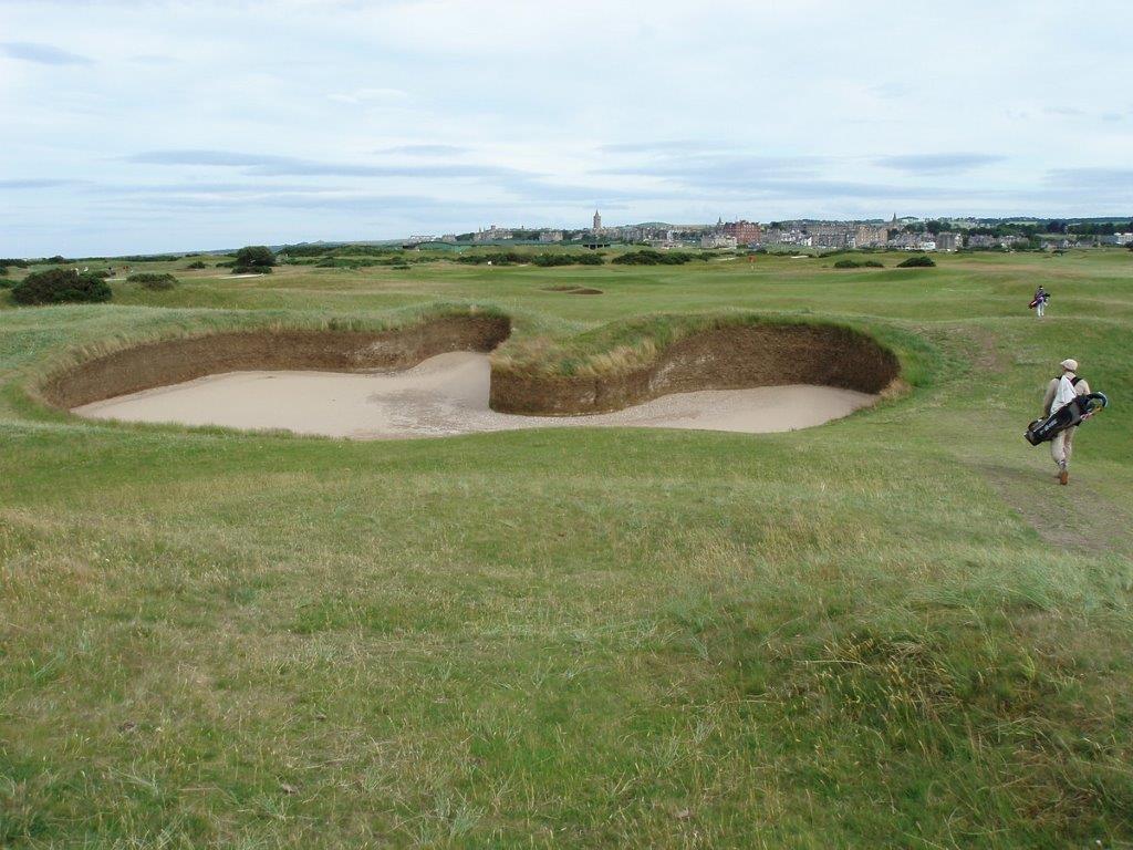 Golfgrün mit Golfspieler unn Blick auf St Andrews auf dem Old Course Golfplatz in St Andrews Schottland