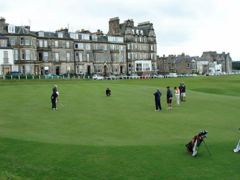 Golfspieler auf dem Golfgrün auf dem Old Course Golfkurs in St. Andrews, Schottland