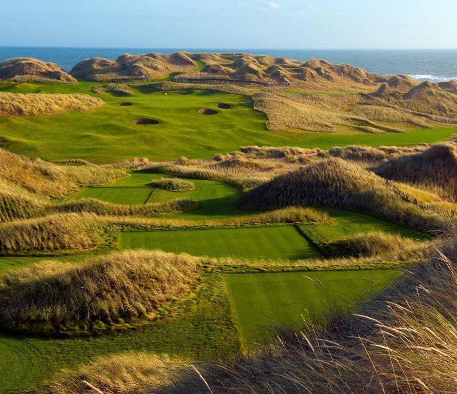 Fairway mit Strand und Meeresblick auf dem Trump Inernational Golf Links Golfkurs in Aberdeen, Schottland