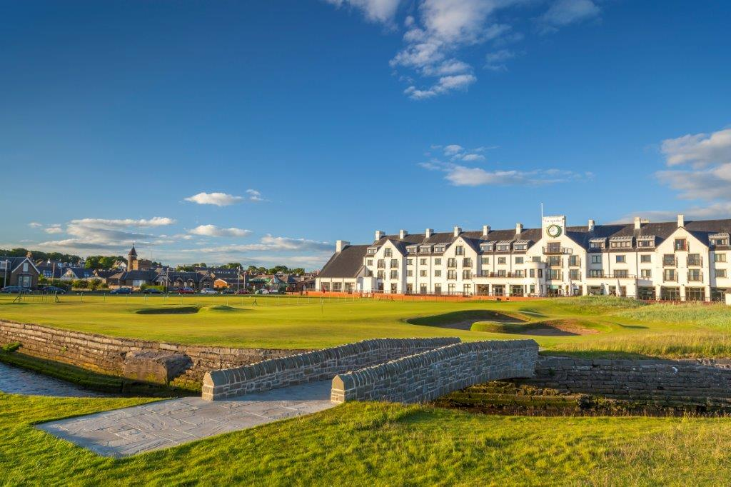 Das Club Haus und Brücke auf dem Carnoustie Golfplatz in der Nähe von St Andrews, Schottland