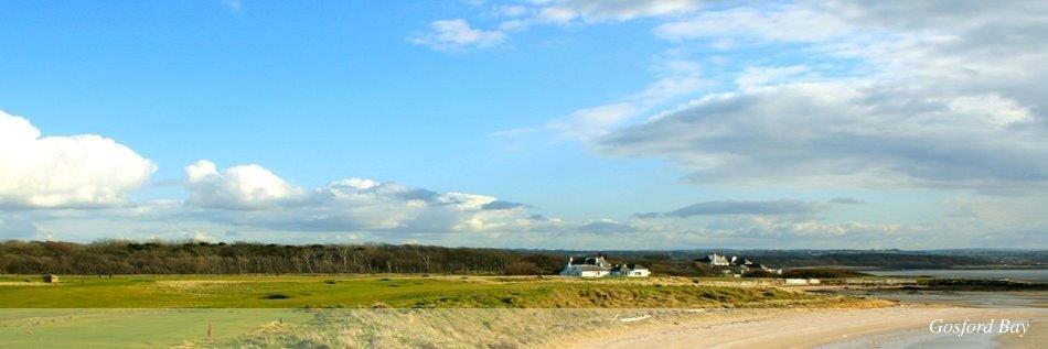 Fairway mit Club Haus und Strand auf dem Gullane Nr. 2 Golfkurs in Edinburgh, Schottland