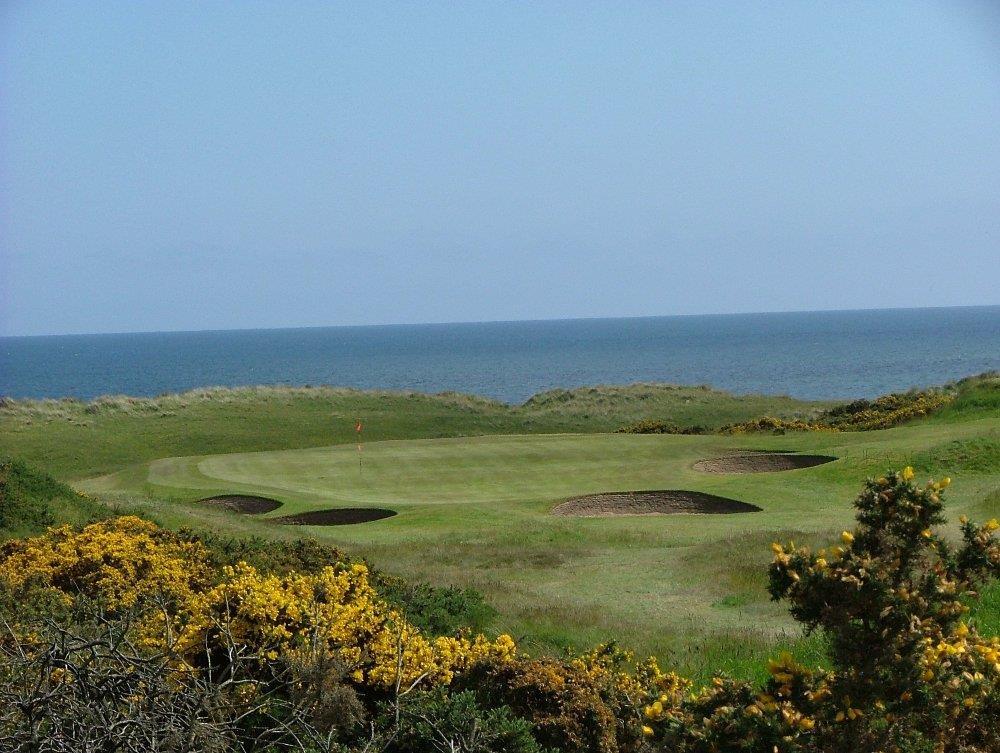 Golfgrün mit Meeresblick auf dem Cruden Bay Golfkurs in Aberdeen, Schottland