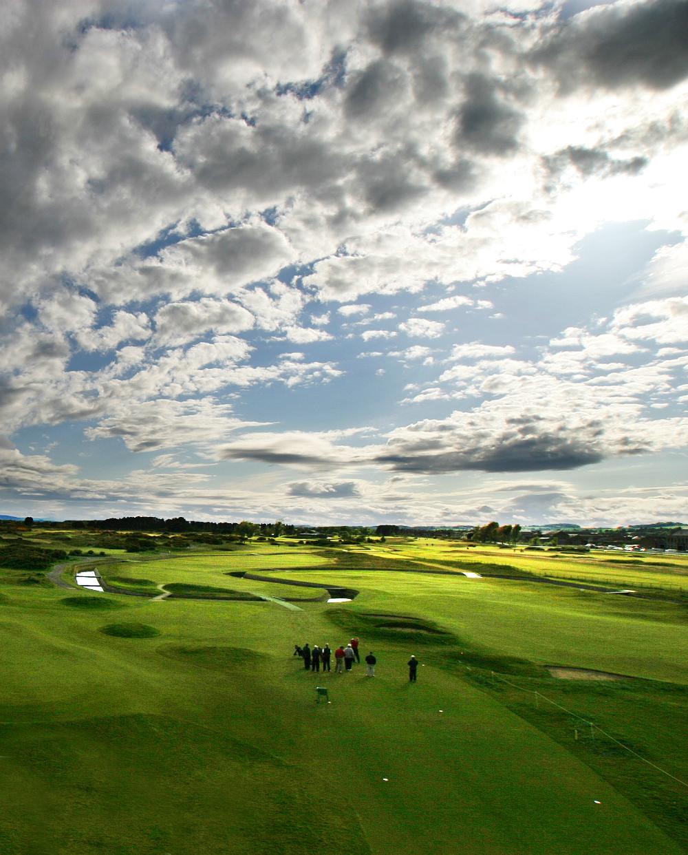 Fairway mit Golfspieler auf dem Carnoustie Championship Golfkurs in St.Andrews, Schottland