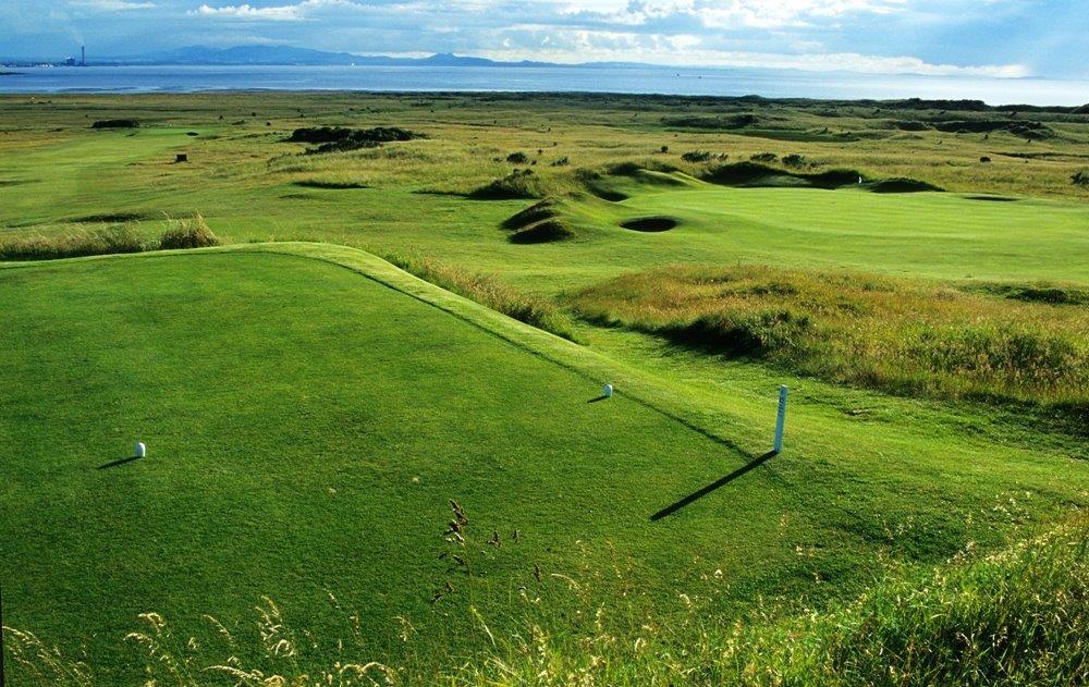 Fairway mit Meeresblick auf dem Gullane Nr.2 Golfkurs in der Nähe von Edinburgh, Schottland