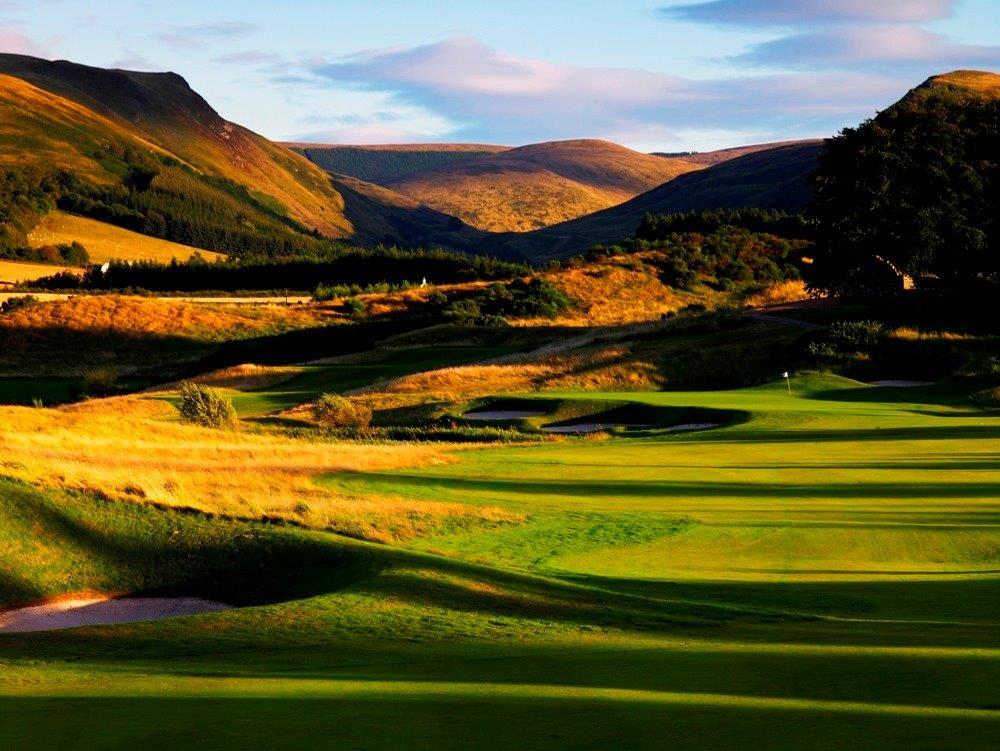 Fairway mit Bergen auf dem Gleneagles PGA Centenary Golfkurs in der Nähe von St.Andrews, Schottland