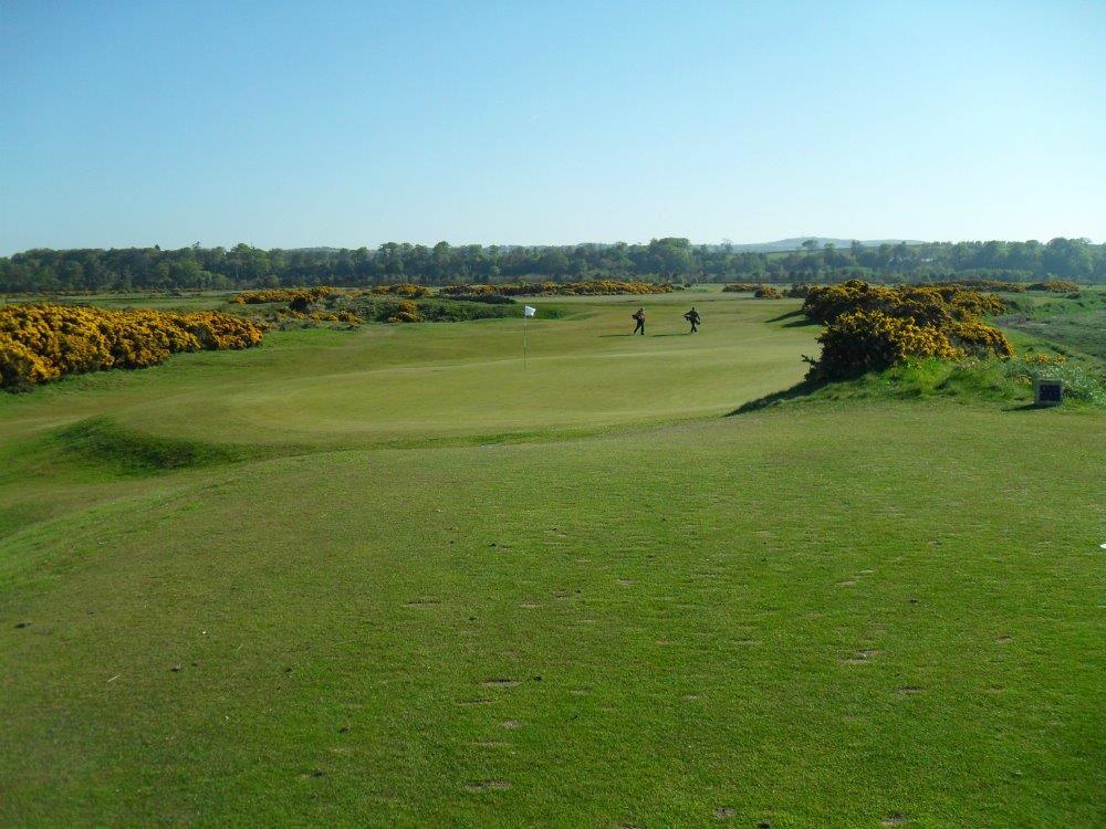 Fairways mit Golfspieler auf dem Eden Course Golfkurs in St.Andrews, Schottland