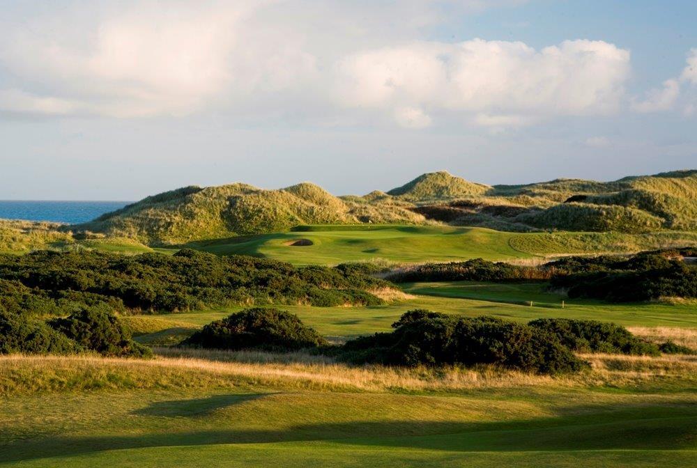 Golfgrün mit Dünen und Meeresblick auf dem Royal Aberdeen Golfkurs in Aberdeen, Schottland