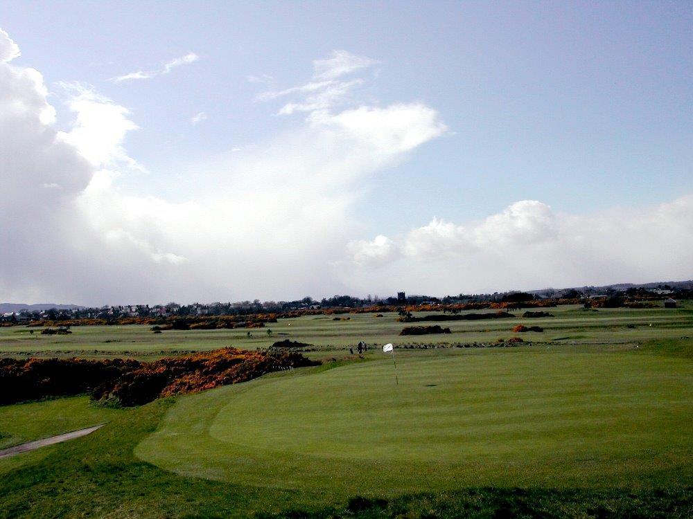 Golfgrün auf dem Montrose Golfkurs in der Nähe von Aberdeen, Schottland