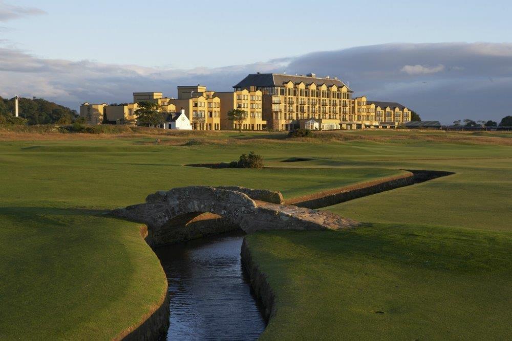 Golfgrün mit Brücke und Club Haus auf dem Old Course Golfkurs in St. Andrews, Schottland