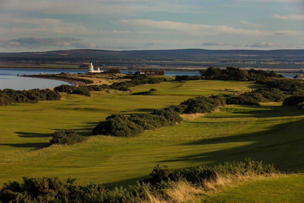 Fairway mit Leuchtturm und Blick auf die Berge auf dem Fortrose und Rosemarkie Golfkurs in den Highlands, Schottland
