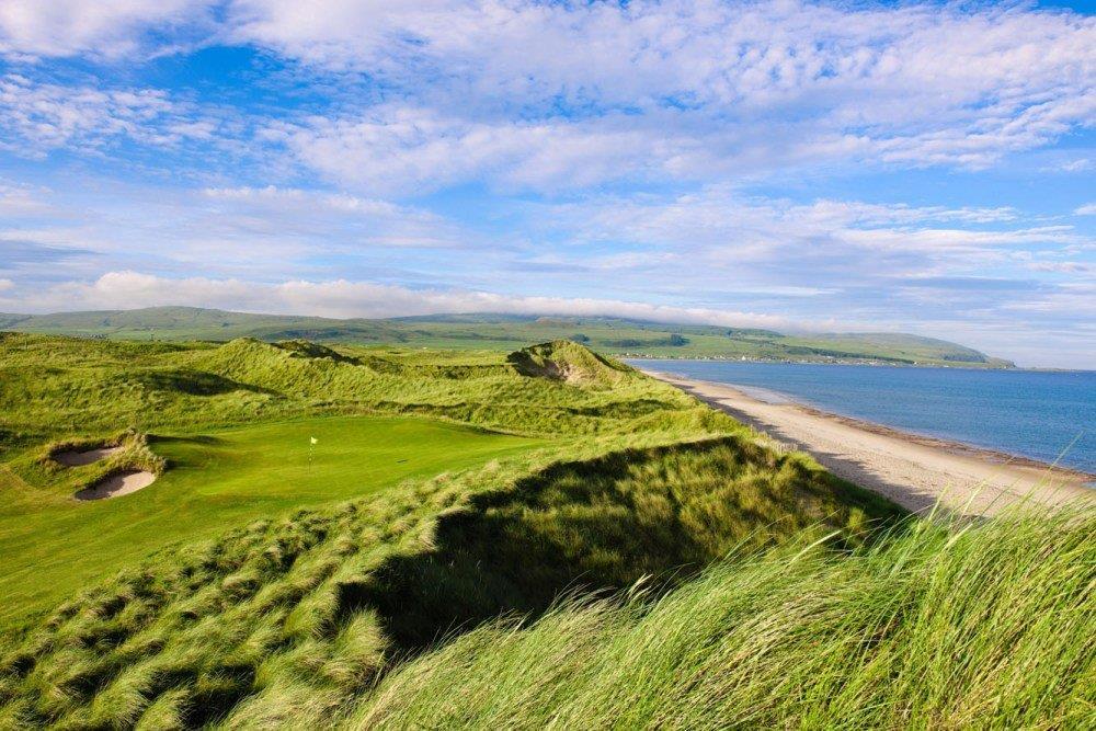 Golfgrün mit Strand und Meeresblick auf dem Machrihanish Dunes Golfkurs in Campbeltown, Schottland