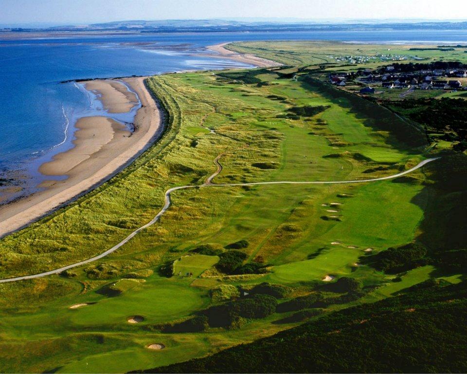 Golfkurs mit Strand- und Meeresblick auf dem Royal Dornoch Championship Golfkurs in den Highlands, Schottland