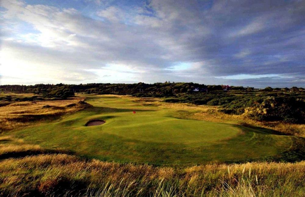 Fairways mit Markierungsfahne auf dem Royal Troon Golfkurs in der Nähe von Glasgow, Schottland