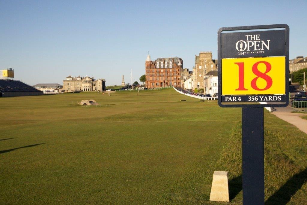 Das 18. Loch von den Open auf dem Old Course Golfplatz in St Andrews, Schottland