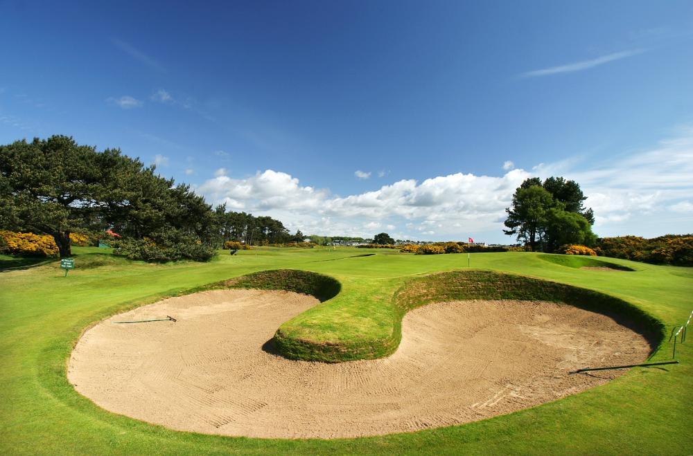 Golfgrün mit Bunker auf dem Carnoustie Championship Golfkurs in St.Andrews, Schottland