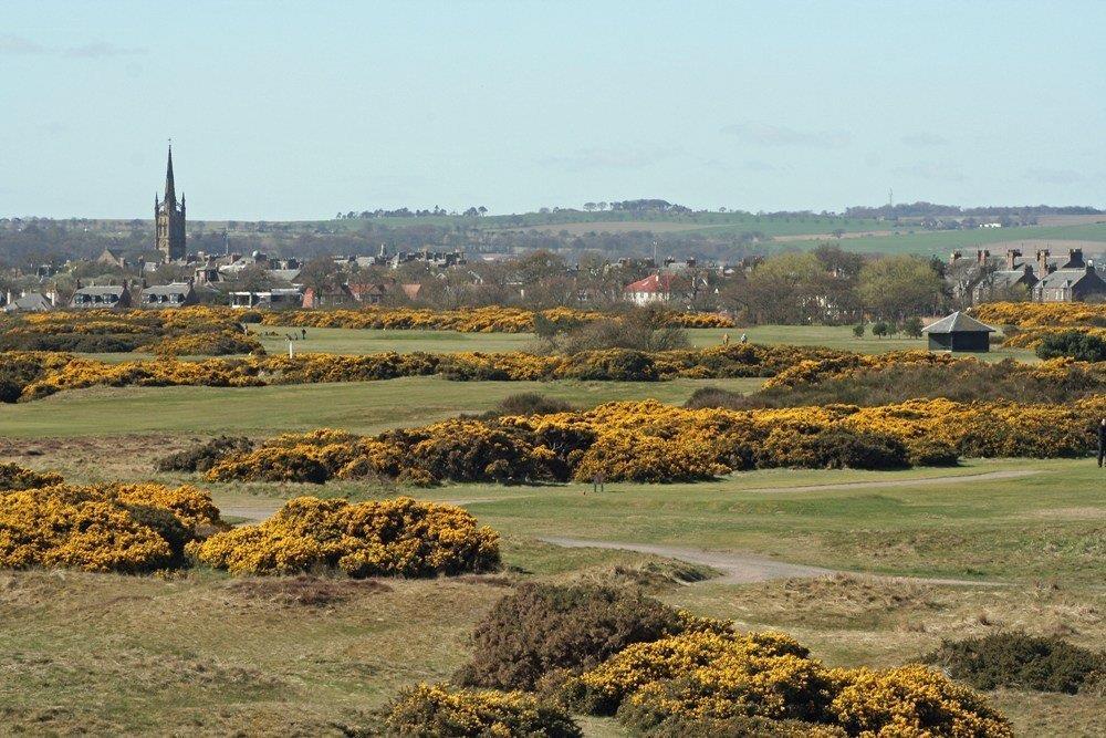 Fairway und Blick auf die Stadt auf dem Montrose Golfkurs in der Nähe von Aberdeen, Schottland