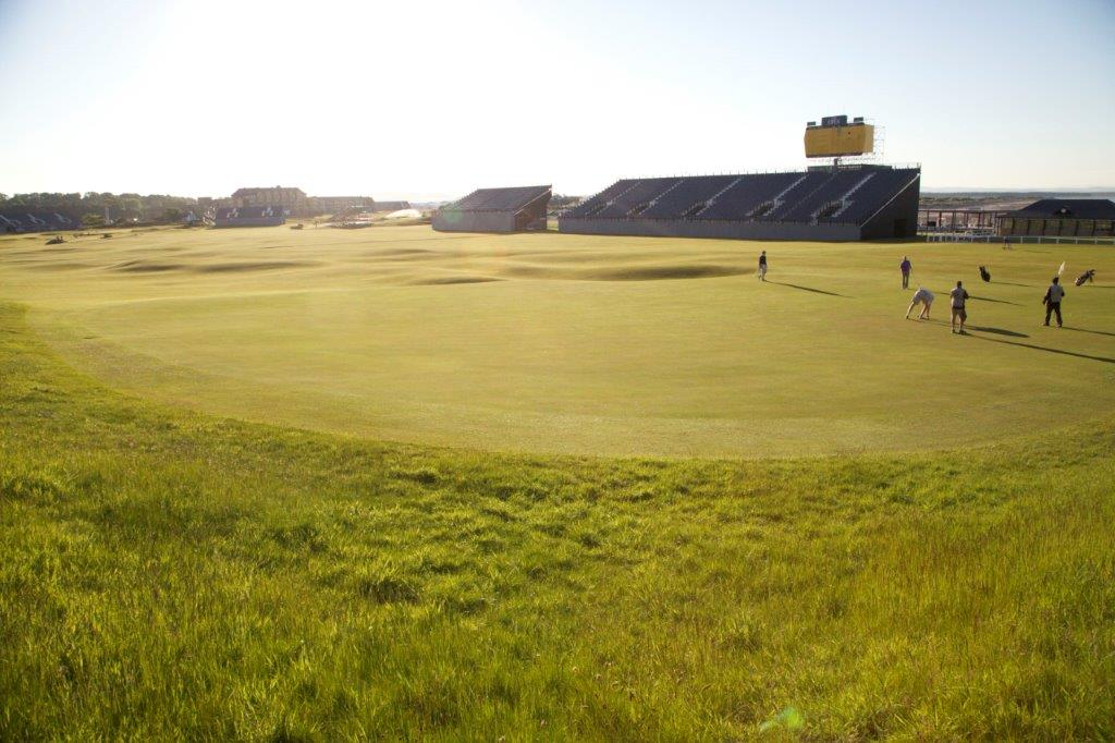 Golfgrün mit Bunker auf dem Old Course Golfplatz in St Andrews, Schottland