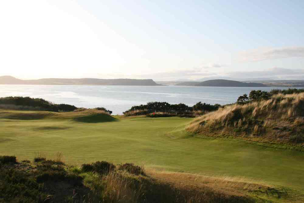 Golfgrün mit Meeresblick auf dem Castle Stuart Golfkurs in den Highlands, Schottland