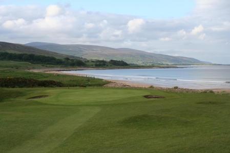 Golfgrün, Strand, Meeresblick und Blick auf die Berge auf dem Brora Golfkurs in den Highlands, Schottland