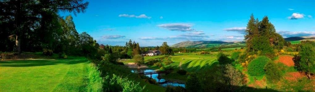 Golfgrün mit Teich auf dem Gleneagles Queen´s Golfkurs in der Nähe von St.Andrews, Schottland