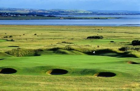 Golfgrün mit Bunker und Meeresblick auf dem Gullane Nr. 2 Golfkurs in Edinburgh, Schottland
