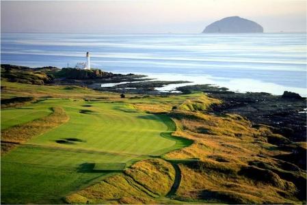 Fairway mit Leuchtturm und Meeresblick auf dem Turnberry Ailsa Golfkurs in der Nähe von Glasgow, Schottland