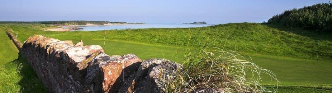 Golfgrün mit Mauer und Meeresblick auf dem North Berwick Golfplatz in der Nähe von Edinburgh, Schottland