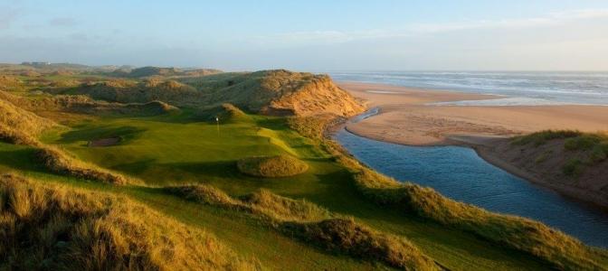 Fairway mit Strand und Meeresblick auf dem Trump International Golf Links Golfkurs in Aberdeen, Schottland