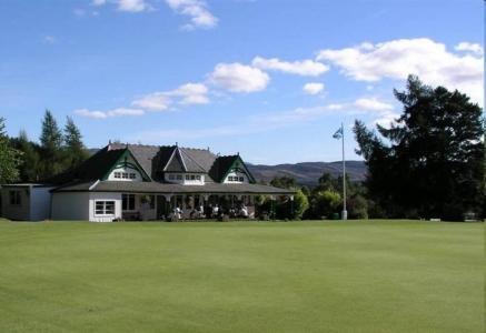 Golfgrün mit Club Haus auf dem Kingussie Golfkurs in den Highlands, Schottland