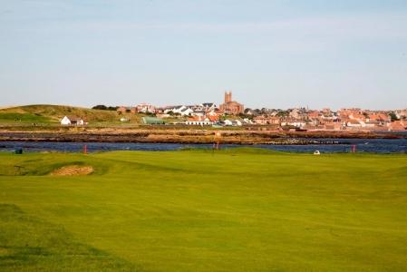 Golfgrün mit Blick auf die Stadt und Meeresblick auf dem Dunbar Golfkurs in der Nähe von Edinburgh, Schottland