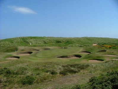 Golfgrün mit Bunker auf dem Cruden Bay Golfkurs in Aberdeen, Schottland