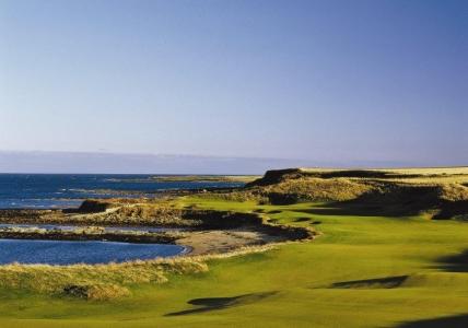 Golfgrün mit Strand und Meeresblick auf dem Kingsbarns Golfkurs in St.Andrews, Schottland